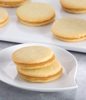 Biscuits sandwichs à la noix de coco et au caramel (tartinade Kaya)