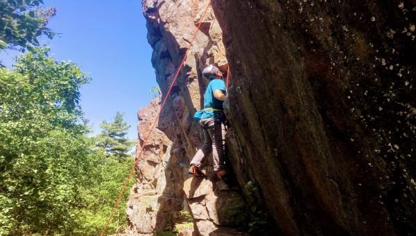 Cours d'escalade à l'extérieur sur rocher à Montréal, pour tous les niveaux