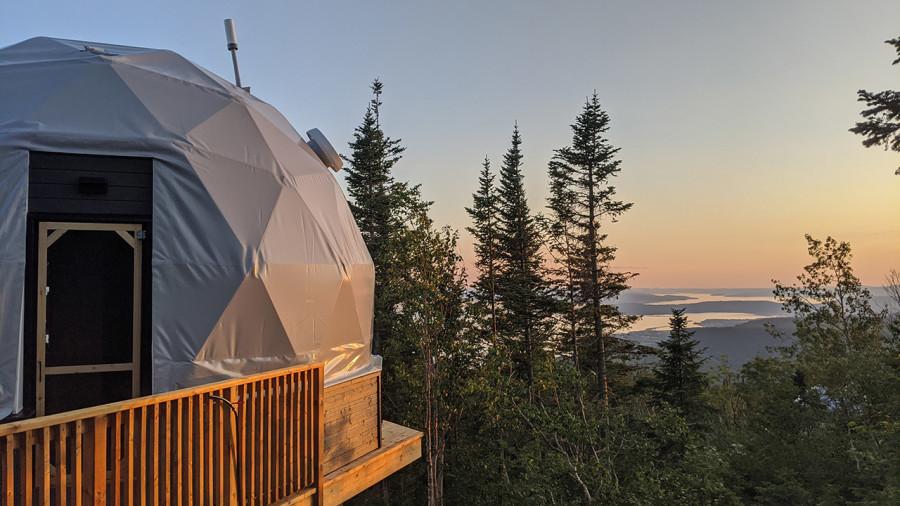 Gaspésie: des dômes pour dormir au sommet du mont Saint-Joseph