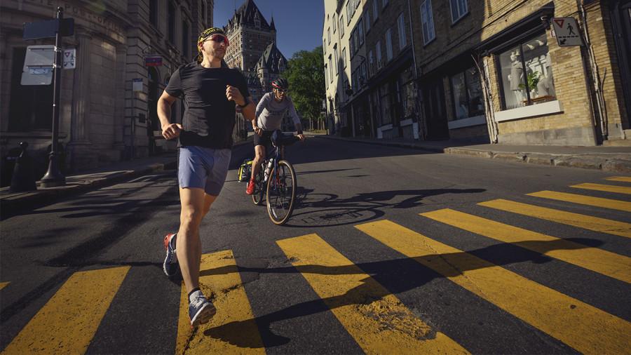 Deux coureurs à vélo en « Kavale » à travers le Québec