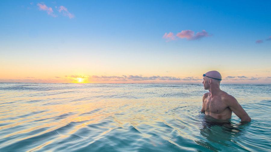 Cinq continents à la nage : après la télé, le livre