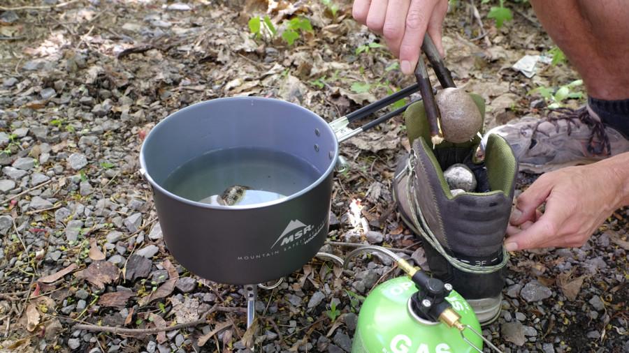Trucs camping : des cailloux dans les bottes pour les faire sécher