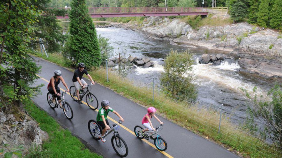 La piste cyclable Le Horst de Kénogami : d'une rive à l'autre