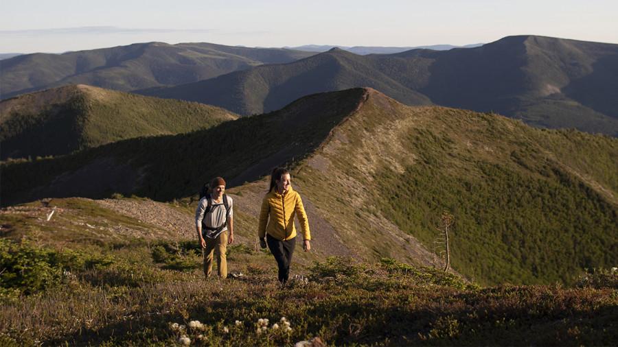 Randonnée dans les parcs nationaux : quels sentiers pour éviter les plus populaires?