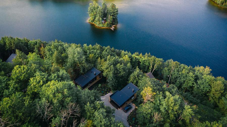 HOM mini chalets : des cabines de luxe perchées à louer au bord d'un lac