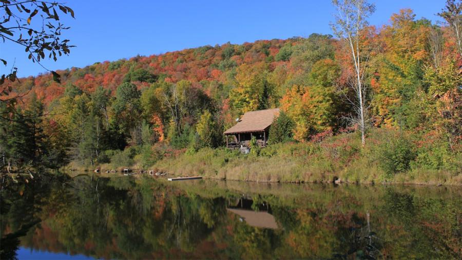 Un chalet rustique avec spa au bord d'un lac des Laurentides