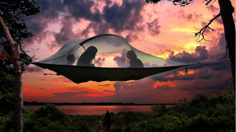 Tentes suspendues au Québec : dormir en apesanteur