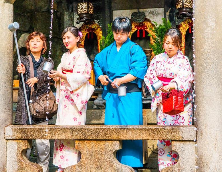 Japan-Kyoto-Throwing-bad-luck-by-drink-water-fom-Kiyomizudera