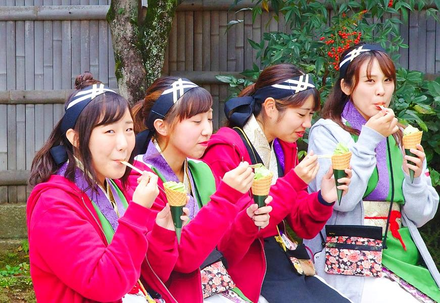 Japan-Kyoto-Women-eating-matcha-ice-cream