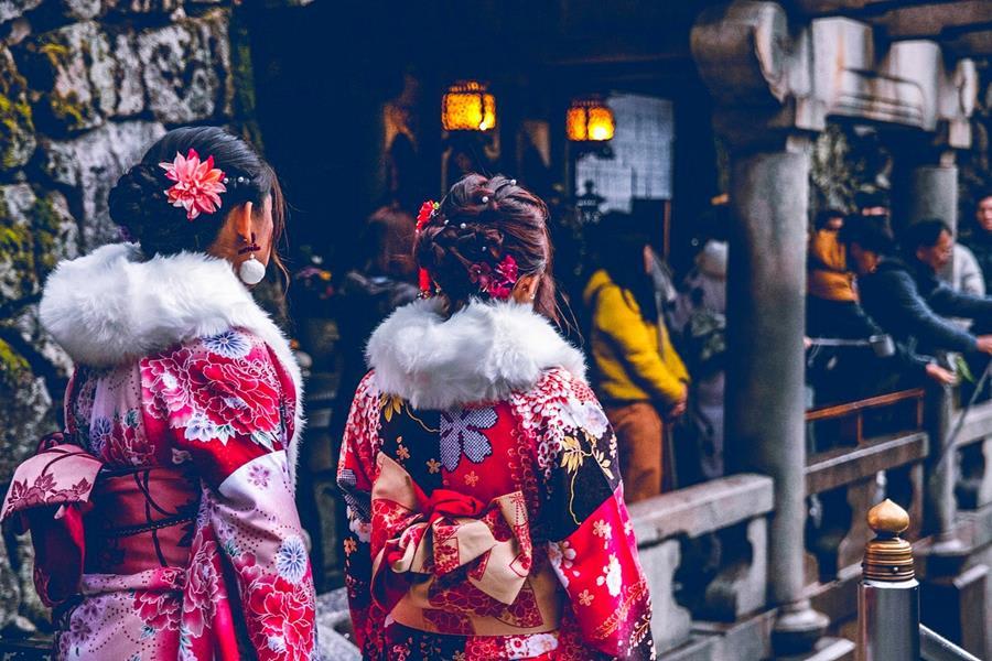 Japan-Women-wearing-Kimono.