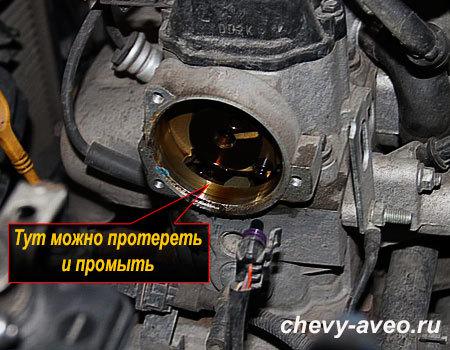 Как заменить уплотнительное кольцо катушки зажигания в Авео - Почистите место установки крышки