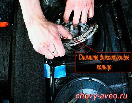 Замена сетчатого фильтра топливного насоса Авео - Снимите фиксаторное кольцо