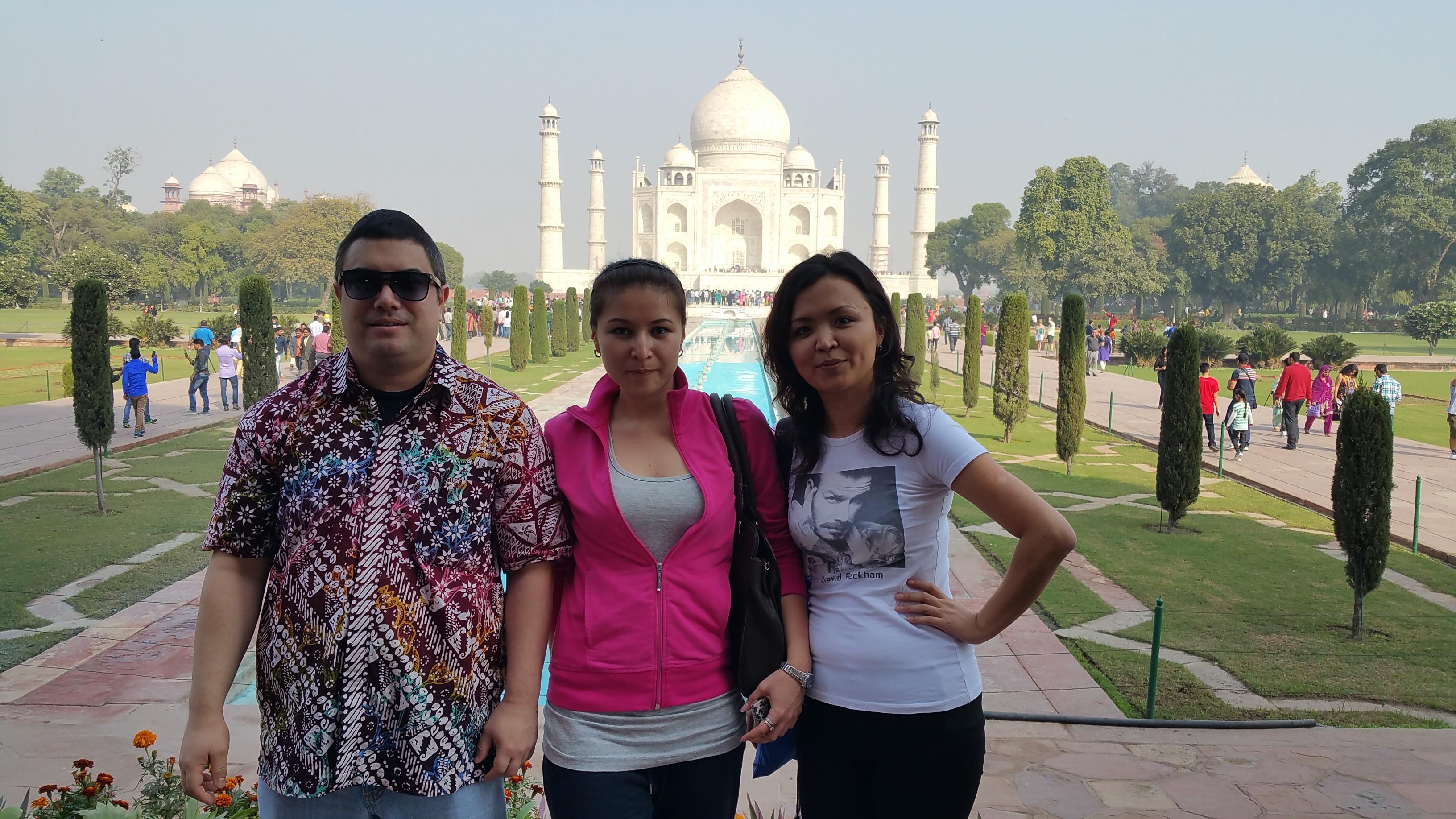 Kevin with Aida and Zarina at the Taj Mahal, Agra, India