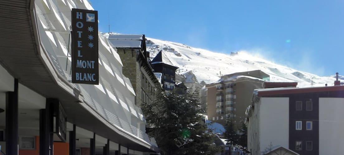 Open snow slopes above Hoya del Portillo