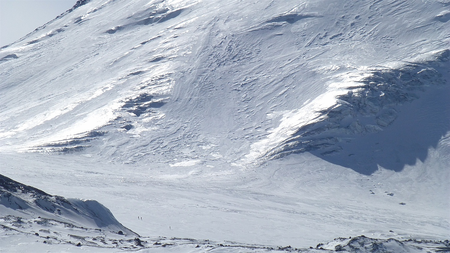 Spot the 3 little people on the glacier and see how icy the slope of Kamen is.