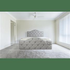 מיטה מרופדת עשויה עץ מלא