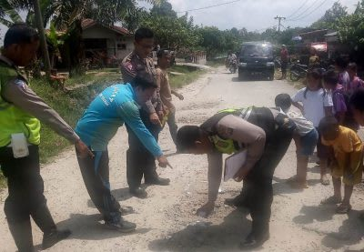 Personel Satlantas Polres Simalungun melakukan olah TKP di lokasi kecelakaan yang mengakibatkan  Fadli Hanafi (14) warga  Huta II Parbeokan, Nagori Buntu Turunan Kecamatan Hatonduhan, meninggal.