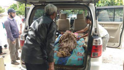Jenazah Juniati saat dijemput pihak keluarga dari Ruang Jenazah RSUD dr Djasamen Saragih, Jumat 10 April 2020.