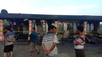 Warga melihat puing-puing rumah yang terbakar. Dalam peristiwa kebakaran itu, tiga orang meninggal.