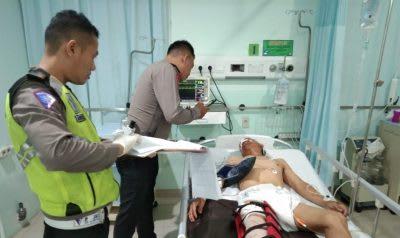 Personel Satlantas Polresta Siantar saat mendata korban kecelakaan Bangun Sirait di RSVI Kota Siantar.