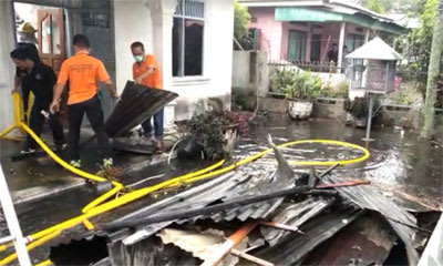 Petugas Pemadam Kebakaran saat membersihkan puing-puing rumah milik Maurits Siahaan yang terbakar, Sabtu 22 Pebruari 2020.