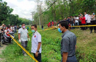 Personel Polisi saat melakukan identifikasi penemuan jasad pria tanpa identitas di pinggi Jalan Siantar-Medan, Desa Limbong Kecamatan Dolok Marawan, Kamis 9 April 2020.