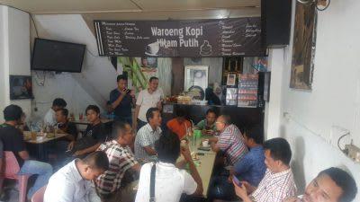 H Anton Achmad Saragih saat berbincang-bincang dengan sejumlah Jurnalis di Warkop Hitam Putih, Rabu 19 Pebruari 2020.