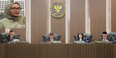 Majelis Sidang DKPP saat membacakan putusan perkara yang amar putusannya memberhentikan Komisioner KPU Evi Novida Ginting (insert).