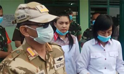 Bupati Simalungun JR Saragih, didampingi dr Lydia Saragih MKes saat memberikan keterangan terkait  delapan warga Simalungun yang ODP, Rabu 18 Maret 2020.