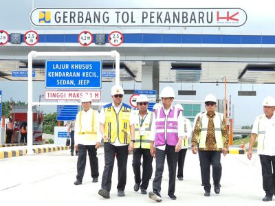 Presiden Jokowi meninjau proses pembangunan Jalan Tol Pekanbaru-Dumai Seksi 1 Pekanbaru-Minas, di Gerbang Tol Pekanbaru, Kecamatan Rumbai, Kota Pekanbaru Provinsi Riau, beberapa bulan lalu.