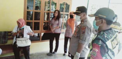 Pihak Puskesmas Serbelawan didampingi personel Polisi dan Koramil saat mengunjungi warga Serbelawan yang baru pulang dari luar negeri.