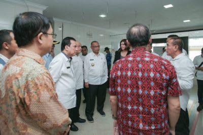Gubsu Edy Rahmayadi didampingi Plt Walikota Medan Akhyar Nasution dan sejumlah pejabat lainnya saat meninjau RSU Sari Mutiara.