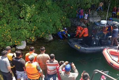 Petugas mengevakuasi jasad perempuan tanpa identitas yang ditemukan di pinggiran Danau Toba dekat Batu Gantung, Sabtu 21 Maret 2020.