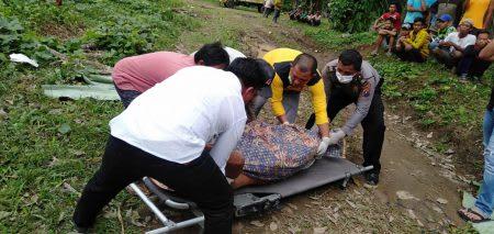 Personel Polsek Serbelawan dan petugas Puskesmas Tapian Dolok, saat mengevakuasi jenazah Sukamto.