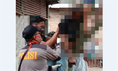 Personel polisi saat mengevakuasi jasad Asrianto, Rabu 8 April 2020, sore.