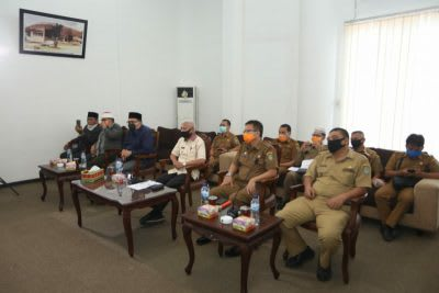 Bupati Asahan H Surya BSc didampingi para pejabat di lingkungan Pemkab Asahan mendengarkan intruksi Gubernur Sumut Edy Rahmayadi melalui vidio confrence, Selasa 24 April 2020.