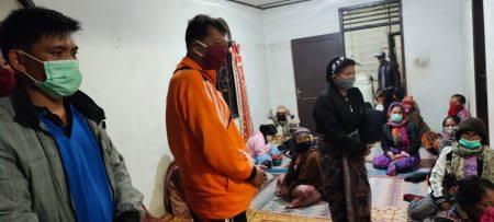 Kapolsek Purba AKP B Pakpahan saat berkunjung ke rumah duka Restiorina Br Purba yang meninggal karena disambar petir.