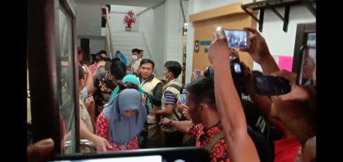 Para pegawai BPKAD Siantar yang digelandang ke mobil untuk dibawa ke Mapolda Sumut saat OTT oleh Tipikor Polda Sumut, Kamis (11/7) lalu.