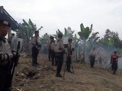 Personel Polres Simalungun saat  melakukan pengamanan eksekusi di Huta Manik Silo Kecamatan Dolok Pardamean.
