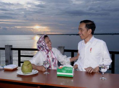 Presiden Jokowi bersanda gurau dengan Ibu Negara Iriana Jokowi.