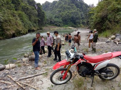 Warga Sambosar Raya Raya Kahean, bersama personel Polsek Raya Kahean melakukan pencarian terhadao Muslim Santoso yang diduga hanyut di Bah Kulistik, Kamis 2 April 2020.
