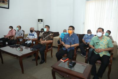 Bupati Asahan H Surya BSc, didampingi sejumlah Pimpinan OPD  saat  mendengarkan penyampaian hasil audit BPK Perwakilan Sumut atas LKPD Asahan Tahun Anggaran 2019, melalui vidcom, Jumat 17 April 2020.