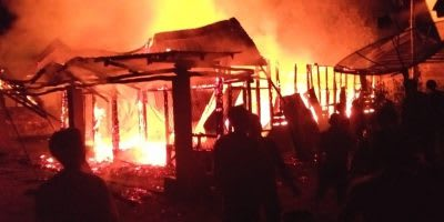 Kobaran api yang menganguskan satu unit rumah di Sorba Bandar Bah Tonang Raya Kahean.