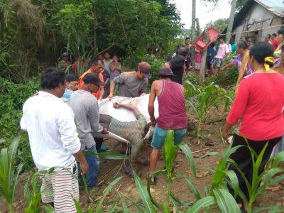 Warga mengevakuasi tubuh Joel Siallagan yang ditemukan meninggal di saluran irigasi belakang rumahnya, Selasa 24 Maret 2020, sekira pukul 07.30 WIB.