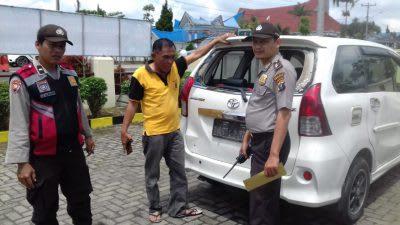 Mobil avanza yang diduga milik pelaku perampokan terhadap supir truk di Nagori Raya Usang, Jumat 28 Pberuari 2020.