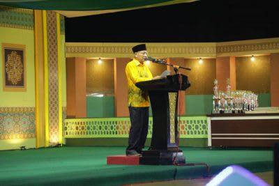 Bupati Asahan H Surya BSc, saat menutup Festival Nasyid Asahan Tahun 2020, di Lapangan Lapangan Bola Kaki Pondok Sukajadi Afdeling II PT Padasa Enam Utama, Kecamatan Teluk Dalam, Jumat 28 Pebruari 2020, malam.