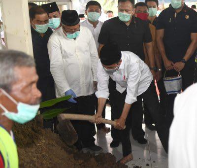 Presiden Jokowi turut memakamkan jenazah ibunda di pemakaman keluarga Mundu, Selokaton, Gondangrejo, Karanganyar, Provinsi Jawa Tengah, Kamis 26 Maret 2020.