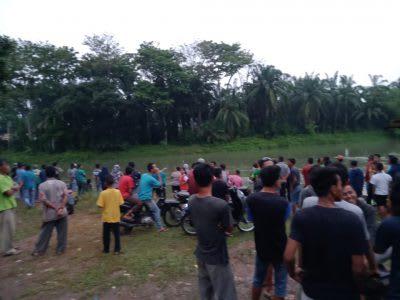 Warga berkumpul di pinggir Sungai Asahan hendak melakukan pencarian tubuh Fakhrurrozi.