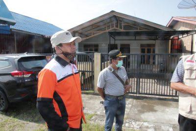 Pj Sekda Kota Pematangsiantar Kusdianto bersama tim gugus depan pencegahan covid-19 saat hendak melakukan rapid test di rumah warga yang dinyatakan positif terjangkit covid-19, Sabtu 4 April 2020.