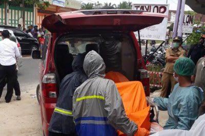 Pegawai Puskesmas Tanah Jawa saat membawa jenazah Indra ke Ruang Jenazah RSUD dr Djasamen Saragih Kota Siantar.